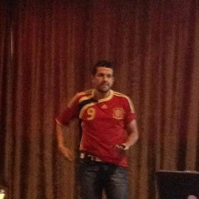 Sergio Simarro (@akemola) con la camiseta del 9 de España